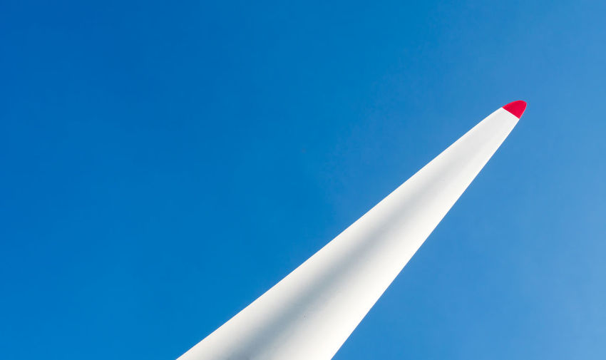 Nature Sky Blue Day Minimalism Outdoors FIN Wind Wind Turbine Wings Minimalistic Clear Sky Wing Close-up Weel No People Berliner Ansichten Propeller Berlin Photography Low Angle View Minmalism The Architect - 2018 EyeEm Awards Capture Tomorrow Red Krull&Krull Minimalistic