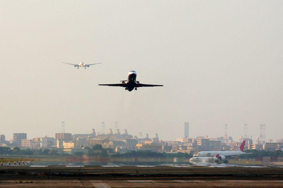 「ちょま、なにモタモタしてんだよ!」(;゚ロ゚)「あゎゎゎ次来たよ! 早く離陸しなきゃ!」(゚ロ゚屮)屮 「で、俺はいつまで待ってりゃイイ?」σ(^◇^;) と、言う会話が想像できるシーン♪(*'艸`) Taking Photos Enjoying Life Hello World Good Morning Airplane Airport 渋滞 Traffic Jam EyeEm Best Shots Hi!