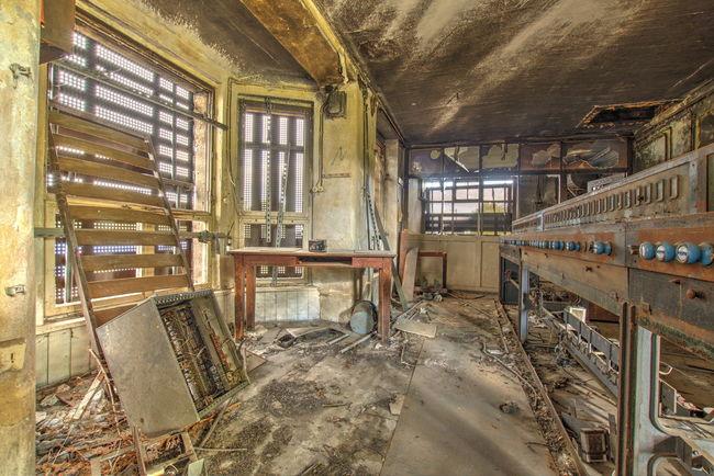 Gefunden in einem stillgelegten Stellwerk. Indoors  Window Messy Old Abandoned Damaged Obsolete Architecture Dirty Ceiling Deterioration Interior Weathered Bad Condition No People