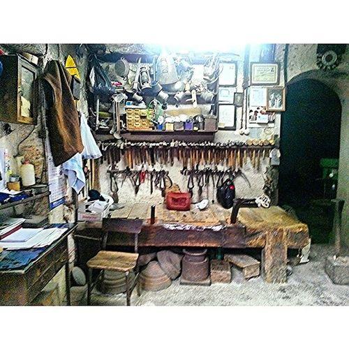 Eminönündeki eski ustaların çalışma tezgahları Workshop Hand_master Bench Eskiustalar çalışmatezgahları job gadgetry aletedevateski old nostalgic nostalgia igfhoto phone_photo