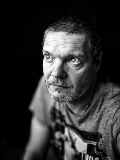 Me suis gourré... Bref. Autoportrait 😄😄😄 Only Men One Man Only One Person Adults Only Mature Adult Adult Portrait One Mature Man Only Real People Mature Men Looking At Camera Headshot Black Background Pixelated The Week On EyeEm Blackandwhite Blackandwhite Photography