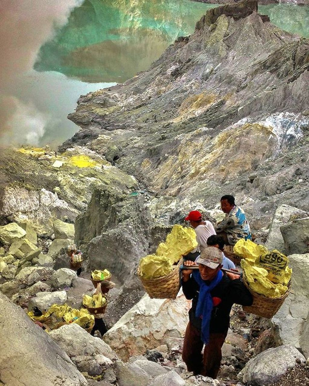 rock - object, real people, mountain, lifestyles, full length, men, two people, basket, leisure activity, nature, day, togetherness, outdoors, adventure, women, standing, vacations, beauty in nature, water, sky, people