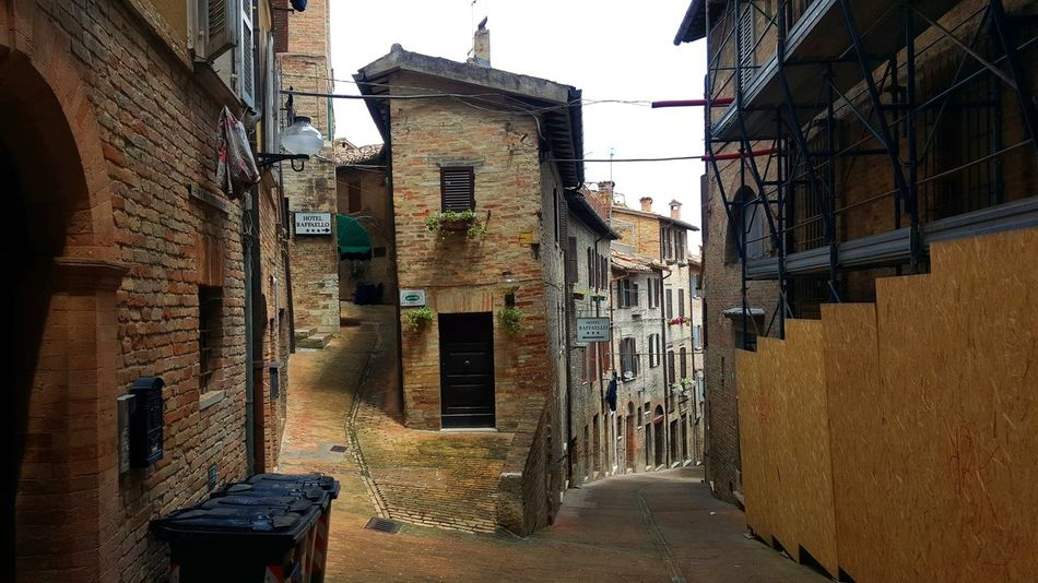 Italia Italien Italy 🇮🇹 Mediterranean  Old Town Road Urbino Architecture Italy Alley Architecture Building Exterior Built Structure Day House Italy Italy❤️ No People Old Buildings Outdoors Residential Building Sky The Way Forward Urban Urbino Window