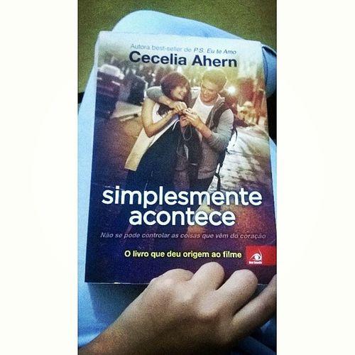 Esse livro 😍😍 Apaixonante . Simplesmenteacontece Apaixonada Toadorando Lerévida Boanoite 😍🍵👓📖