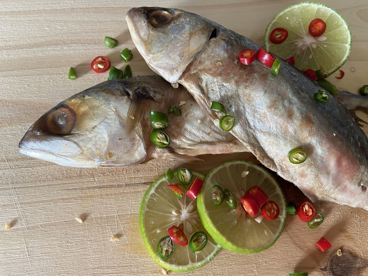 HIGH ANGLE VIEW OF FISH IN PLATE