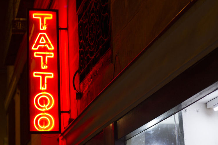 Tatto neon Barrio Chino Fashion Neon Signs Tatto Store Vida Nocturna Chinese Neighborhood City Illuminated Moda Neon Nightlife Red Rojo Sugerente Suggestive Tatto Sign Tattoo Tatuaje Text The Neon Judgemenet Tienda De Tatuajes