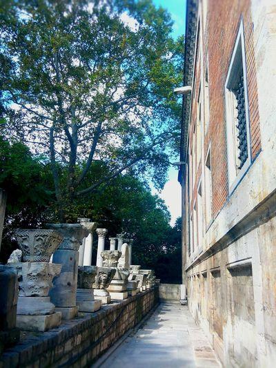 Çinili köşk duvarı ve İstanbul Arkeoloji Muze eserlerinden bir kısmı Duvardakisesler Tarihieser Eski Eserler Ve Müzeler Istanbularkeolojimuzesi Historical Monuments Column IstanbularcheologymuseumHistory History Museum  Istanbul City