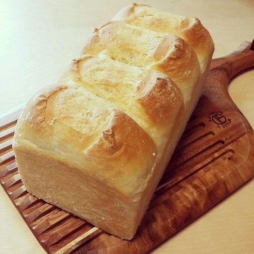 上にバターと、少しだけ塩をパラパラと。 バタートップ ホテルブレッド Bread Handmade 手作りパン カッティングボード