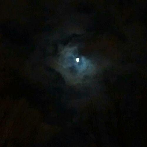 Drôle de couleur autour de la lune...