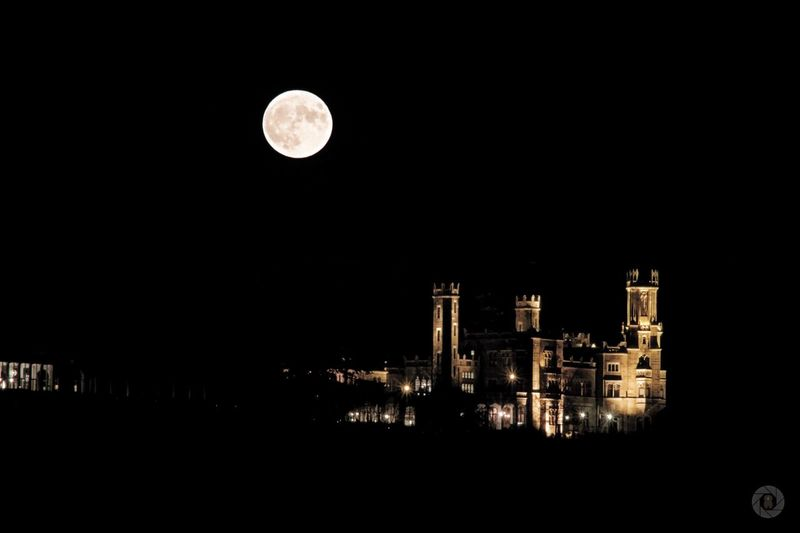 Moon Full Moon Night Building Exterior Architecture Dark No People Illuminated Moon Surface Built Structure City Outdoors Sky Planetary Moon Nature Astronomy Black Background Star - Space Supervollmond