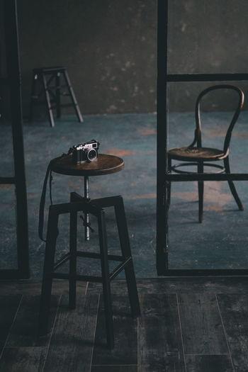 Фотоаппарат на стуле, в студии в стиле лофт. Camera Oldschool Retro Retro Style Chair Seat Furniture Table Rocking Chair Armchair Outdoor Chair