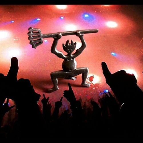 Qué marcha tiene éste demonio! Por las noches cuando me despisto, me forma unas juergas... Demonio Demon Party Fiesta concert concierto toys instatoys vintique picsay manulogar instagramer galaxysIII concert concierto timanfaya