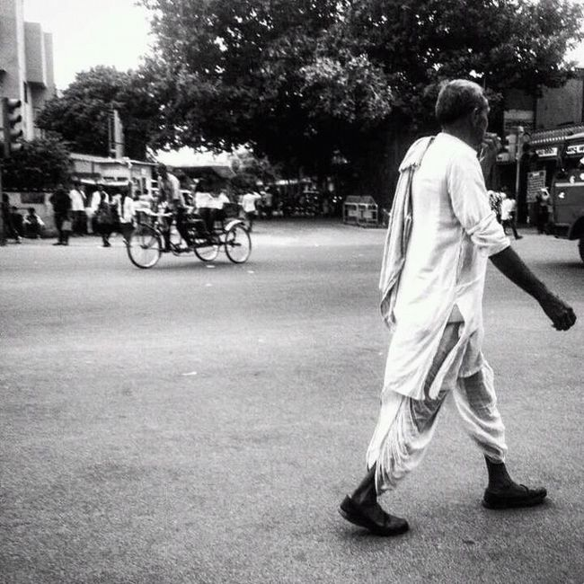 Monochrome Photography Battle Of The Cities People And Places Beautiful Black & White Special👌shot Culture And Tradition Rajasthandiaries Rajasthani Culture Pink City Pinkcity Jaipur Roadway Street Photography Beautiful Work Beautiful Day Instant Crossing The Road Cycle Rickshaw Riding Traditional Clothing Yashansh_photography