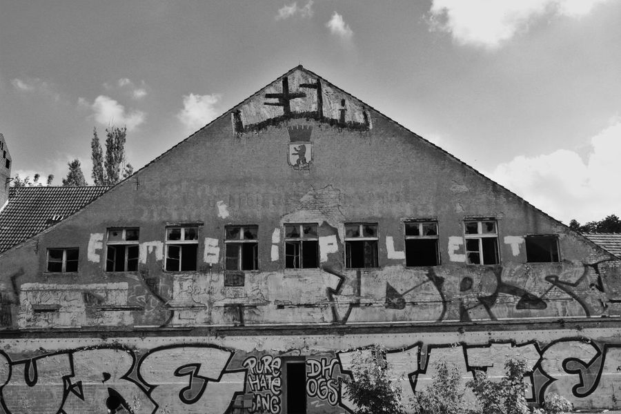 Architecture Berlin Building Built Structure Day Exterior Graffiti Krankenhaus No People Old Outdoors Residential Building Residential Structure S/w Sky