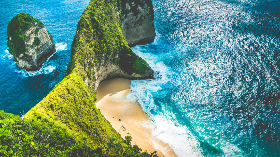 Manta Bay or Kelingking Beach on Nusa Penida Island, Bali, Indonesia. Amazing View Bali, Indonesia Clear Sky Giant Ray Superbowl Arial Azureblue Cristal Huge Waves Idyllic Kelingking Beach Kelinking Lush Green Manta Bay Nusa Penida Oceanic View Overgrowth Overlook Seaside Superb Turquoise Unspoiled Nature Untouched Viewpoint EyeEmNewHere Go Higher