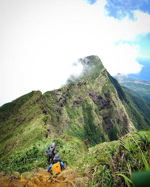 """""""Life begins at the end of your comfort zone"""" After peak of deception, camel back going to knife edge then Mayo's peak 😱😱 🗻 Woogoph Hikeph Bundokero Bundokph Travelph MtGuitingGuiting"""