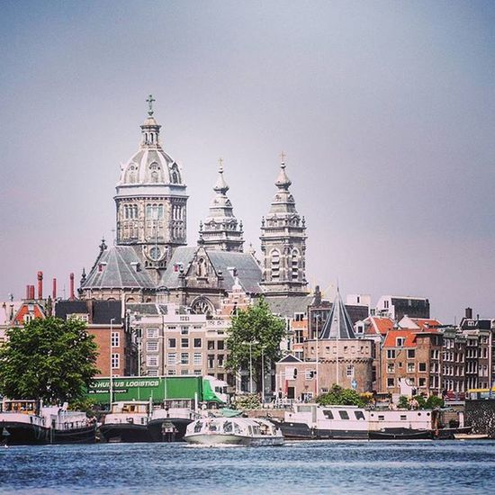 An amazing shot of the Saintnicolaschurch in Amsterdam . This major Catholic church is one of Netherlands largest churches, and overlooks the Markermeer lake. Lakeside Church Jesus Catholic Ziyarattrip Tours Netherlands Stnicholas 6hrlayover Boattour Oldbuilding Instadaily Ztprod
