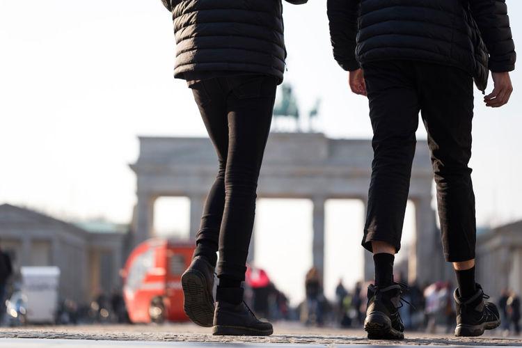 brandenburger tor berlin germany with people Brandenburg Gate Brandenburger Tor City Focus On Foreground People Real People Sky Walking