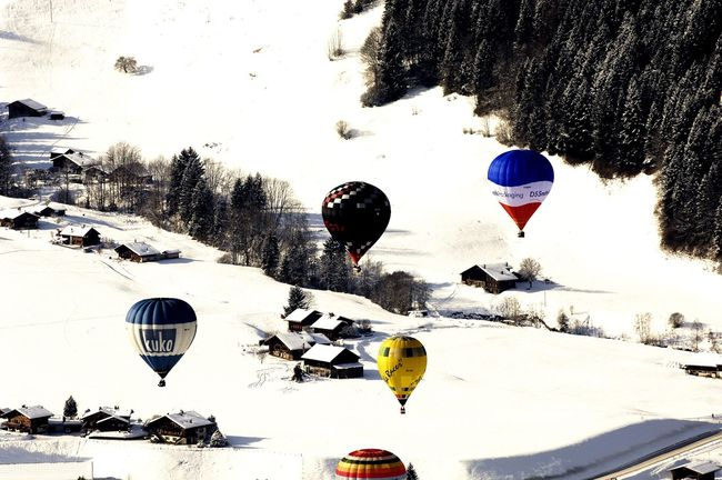 Schnee Tiere Winter Ballonfestival Balloons Cold Temperature Colrs. Day Figuren Färben Mountain Nature No People Outdoors Parachute Paysage Sky Snow Winter Winterwonderland