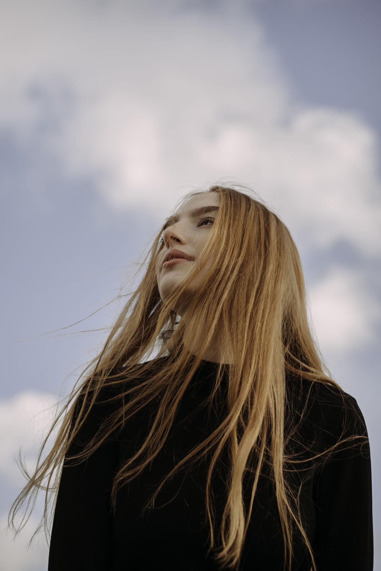 hair, long hair, one person, hairstyle, blond hair