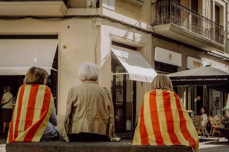 Katalanische Unabhängigkeitsbewegung, Independencia de Cataluña Barcelona Catalunya Democracy EyeEm Best Shots EyeEm Gallery Independence Patriotism Photojournalism SPAIN The Photojournalist - 2018 EyeEm Awards The Street Photographer - 2018 EyeEm Awards Demonstration Eye4photography  Flag Group Of People Rear View Sitting Street Street Photography Streetphotography Togetherness Urban Urban Life Women