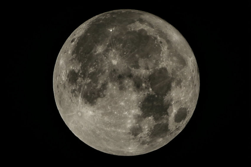 Moon Night Full Moon Astronomy Moon Surface Planetary Moon Circle Majestic Scenics Beauty In Nature Tranquility Nature Tranquil Scene Outdoors Sky No People Moonlight Discovery Close-up Space Exploration Supermoon スーパームーン