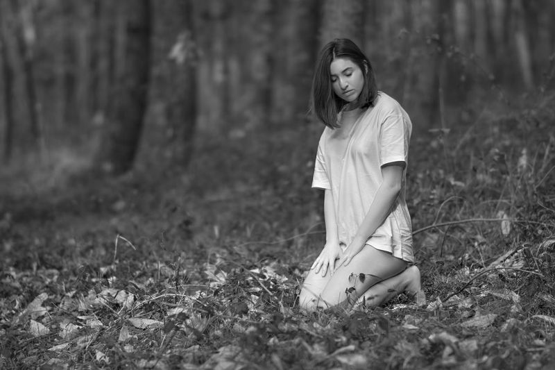 Amen Taking Photos Taking Pictures Bkackandwhite Black And White Girl Young Women Portrait Beautiful Woman Beauty Women Beautiful People Looking At Camera Fashion Woods Monochrome Forest WoodLand Tree Trunk
