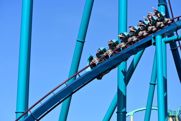 Orlando, Florida. October 19, 2018 Funny riders enjoying downhill with their hands up in Mako Roller Coaster at Seaworld Theme Park. Adventure Amusement Park Attraction Blue Theme Park Funny People Leisure Outdoors Park Ride Show Us Your Thirty Show Shopping Vacations Seaworld Universal Studios  DisneyWorld Walt Disney World Orlando Florida Rollercoaster Action Fall Roads Animal Sealion  Water Park