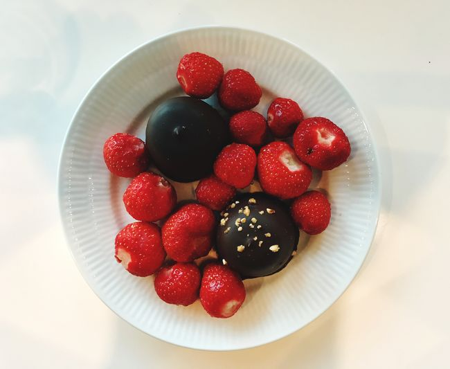 Strawberries & chocolate Contrasts Contrast Flødeboller Summer Dessert Summer Chocolate Creambun Strawberries Colorful Dessert Fruit Food Berry Fruit Food And Drink Healthy Eating Freshness Red Strawberry Directly Above Plate High Angle View Close-up Ready-to-eat No People Indoors