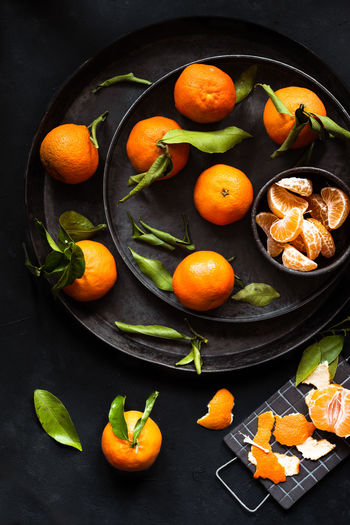 clementines stilllife on a dark background   daylight foodphotography Food Food And Drink Healthy Eating Wellbeing Freshness Fruit Still Life Citrus Fruit Orange Color No People Indoors  Close-up Orange Bowl Clementine Orange Foodphotography Food Photography Dark Background Moody Daylight Photography Licht Und Schatten Light And Shadow Nikonphotography Green Color