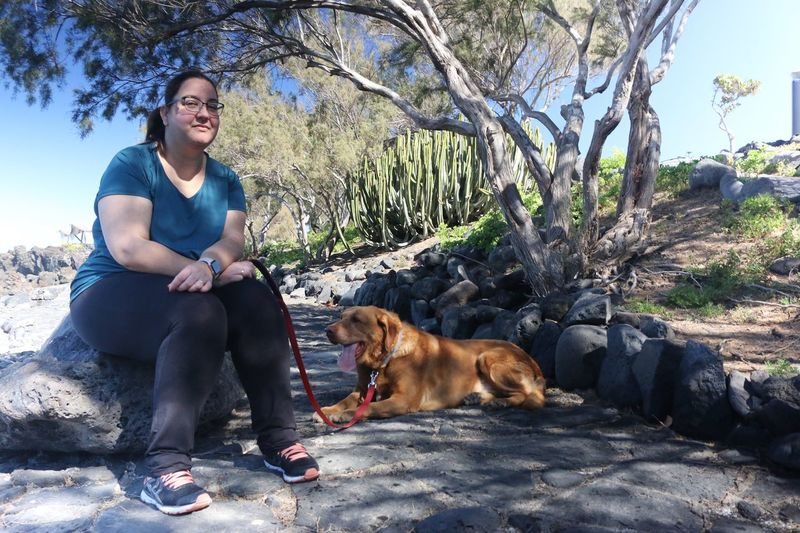 Mujer y su perro Pets Mammal Domestic Domestic Animals One Animal Canine Dog Vertebrate Full Length Real People One Person Sitting Lifestyles Nature Leisure Activity Casual Clothing Young Adult Pet Owner International Women's Day 2019 International Women's Day 2019 Streetwise Photography