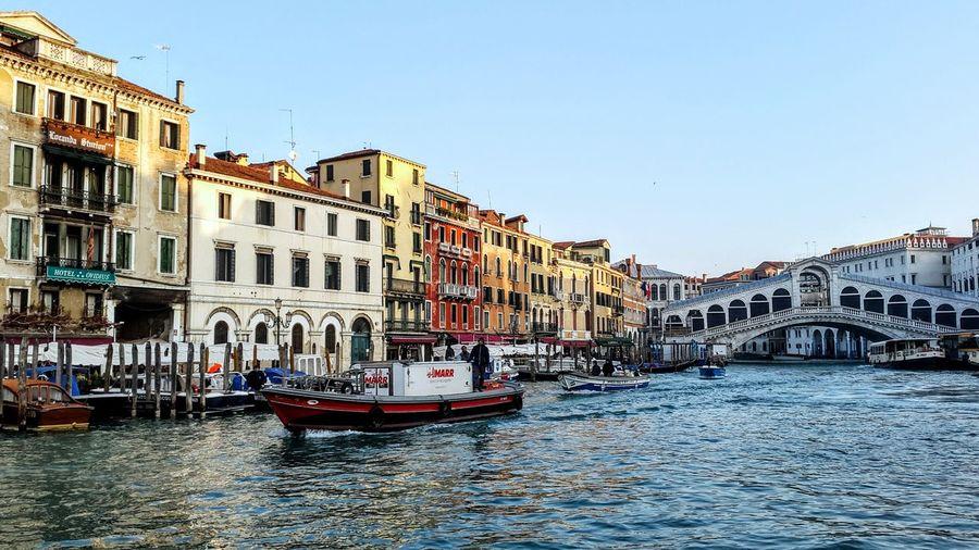 De botes y gondolas Italia Italy Venezia Gondola - Traditional Boat City Nautical Vessel Cityscape Clear Sky Water Photograph Multi Colored Canal Arch Bridge Boat Gondola Grand Canal - Venice