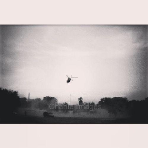 Dust off [Photo/Charlie images] La Vicepresidente De la República despega desde santiago. A la izquierda se puede ver el miembro del servicio secreto estático bajo el denso polvo Sky Dust Helicopter Bw b&w