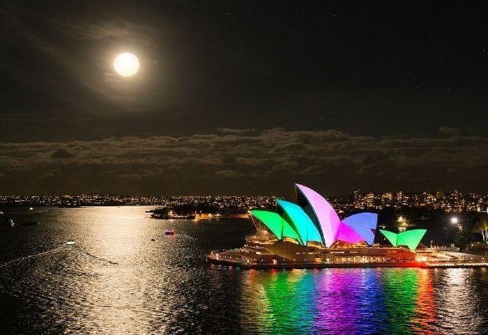 Water Illuminated Sydney Opera House Vivid Clouds Moon
