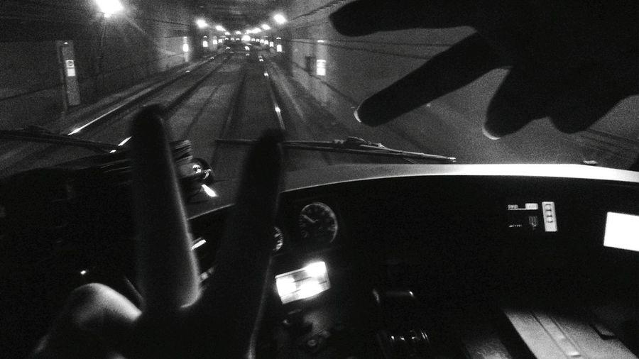 Conduciendo en blanco y negro 🚈🚇