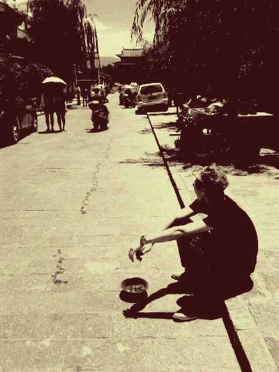 古城的柳树,路边的碗。 Ancient City
