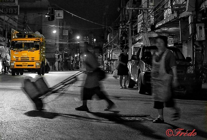 Le travail Street Streetphoto_bw Street Photography Street Life Night Photography Night Lights Night View Night Shots  Workers At Work Difficult Life Thaistagram Thailand_allshots Thailand_allshots_BW