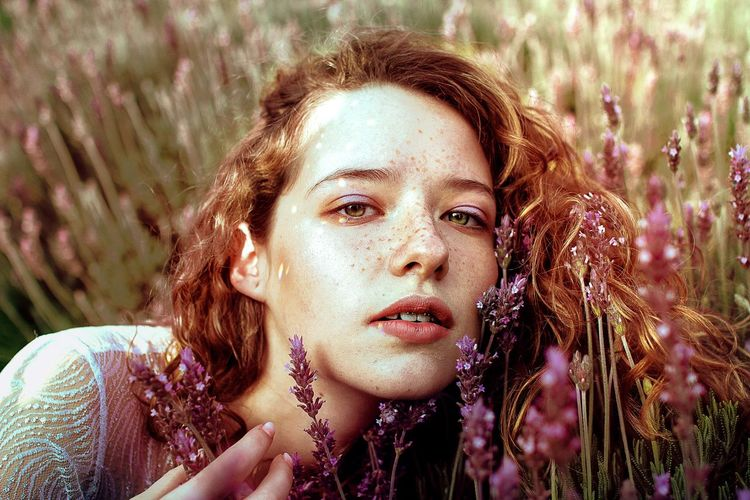 This is from last year, i really hope to start taking photos and editing again :3 hope u all have a nice day!!! Adult Adults Only Beautiful Woman Beauty Close-up Day Field Flower Focus On Foreground Grass Headshot Looking At Camera Nature One Person One Woman Only One Young Woman Only Only Women Outdoors Portrait Real People Red Redhead Sunlight Young Adult Young Women