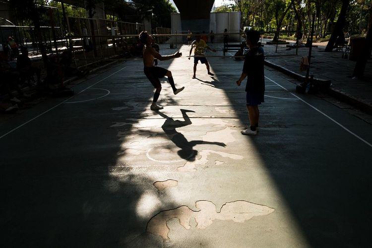 Streetphotography Yoonjeongvin Bangkok Thailand. Full Length Shadow Sport Sunlight Togetherness Skill  Friendship Long Shadow - Shadow Focus On Shadow Inner Power