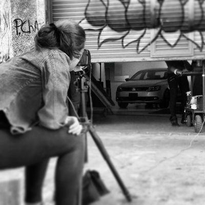 La señorita @dianadeakar haciendo fotos de algo.