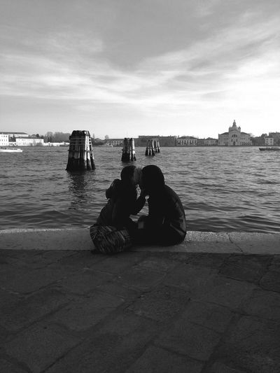 Falling in love in a cold winter afternoon in Venice (2016). Real People Venice Italy Couple - Relationship Couples Love Winter City Life People Young Adult Young Young Women Young Men Peace Iconico Capture The Moment Communication
