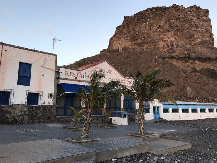 Felsen Ruhe Vor Dem Sturm Canarian Winter Stille Beach Gran Canaria Island Good Restaurant Lonelyness Silence Building Exterior Architecture Built Structure House Outdoors Rock - Object Mountain Day Sky Palm Tree Nature Clear Sky No People
