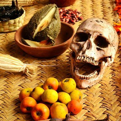 Death is hungry. Allshots_ Ig_captures_macro Ig_captures_minimalism Ig_captures_creative ig_captures skull amazing nikon nikon_photography nikonistas D3100 Diademuertos fruits colorful