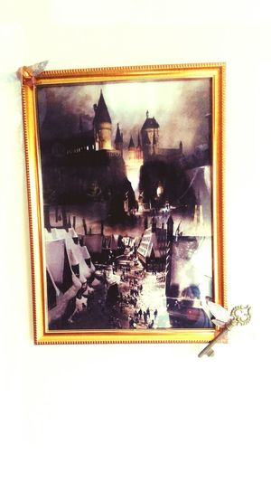 Old-fashioned Magic Photo Hogwarts School Of Witchcraft And Wizardry Harry Potter ⚡ Pottery Passion Pottering Decoration DIY Hogwarts Harry Potter Ravenclaw HP Hufflepuff Gryffinpuff Gryffindor Pride Housepoints Magical Idea Keys Flyingkeys Potterhead Gryffindor