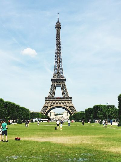 Champs du Mars im Frühling World Expo Historical Monuments Tower Tourist Attraction  Point Of Interest Sight Travel Destinations Travel Sightseeing Eiffel Tower Paris Built Structure Architecture Tower Sky Travel Destinations Plant Tourism Grass Tall - High Travel History Cloud - Sky