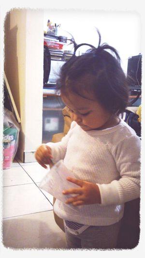 Monti Comiendo Yogurt