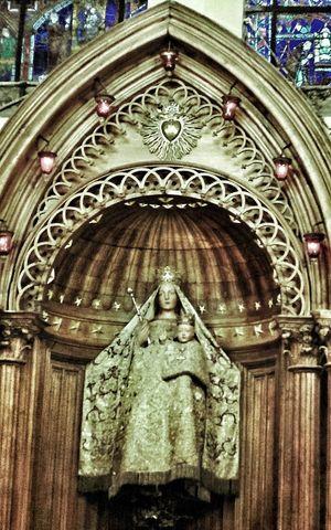 Marie Cathédrale De Chartres Praying Taking Photos