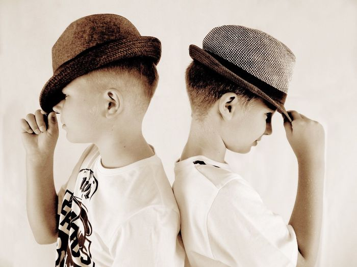 Brothers with hats Hats Jungs Cool 9 Years Old 10 Years Old Brothers Bruder  Boys Children Two People Lifestyles Real People Indoors  Portrait Casual Clothing Side View Clothing