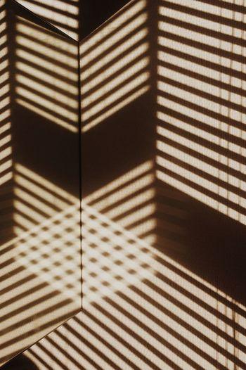 Verticalité, oblique. Rayon jettés, parallèles. Croisements. Le jour. Shadow Mirror Light And Shadow Sun Morning