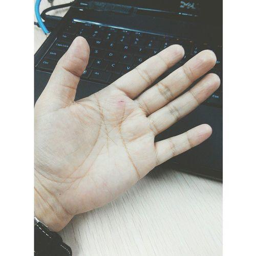I cut my palm to proof the sharpness of my knife. 😭😭😭 Noidontcutmyself Sarcasm Itshurt Iwanttocrybutidontwantto imissmymum happeningthismorning
